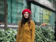 赤いベレー帽がレトロなムードを演出
