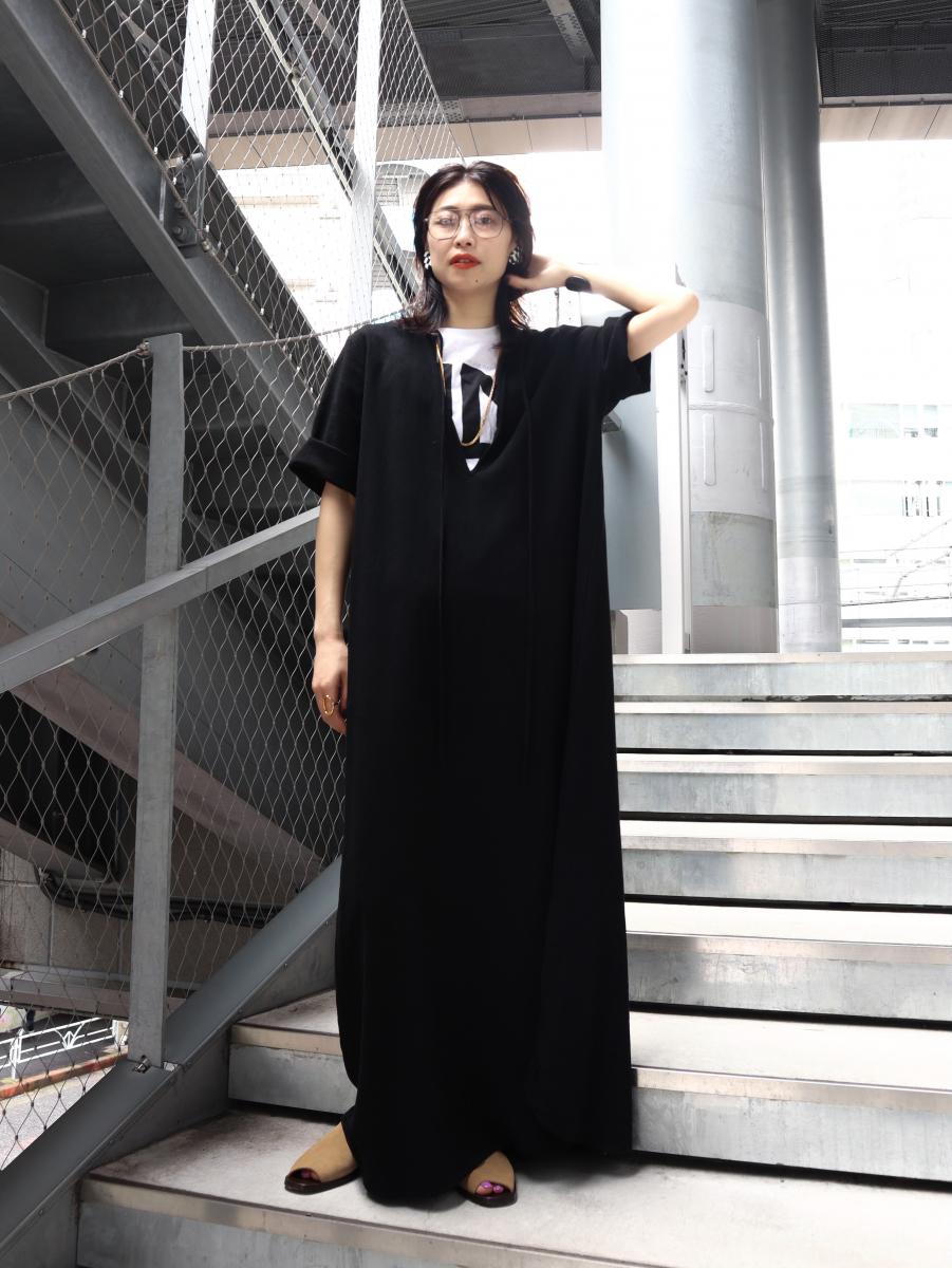 スタイリッシュなブラックドレスをカジュアルに取り入れて