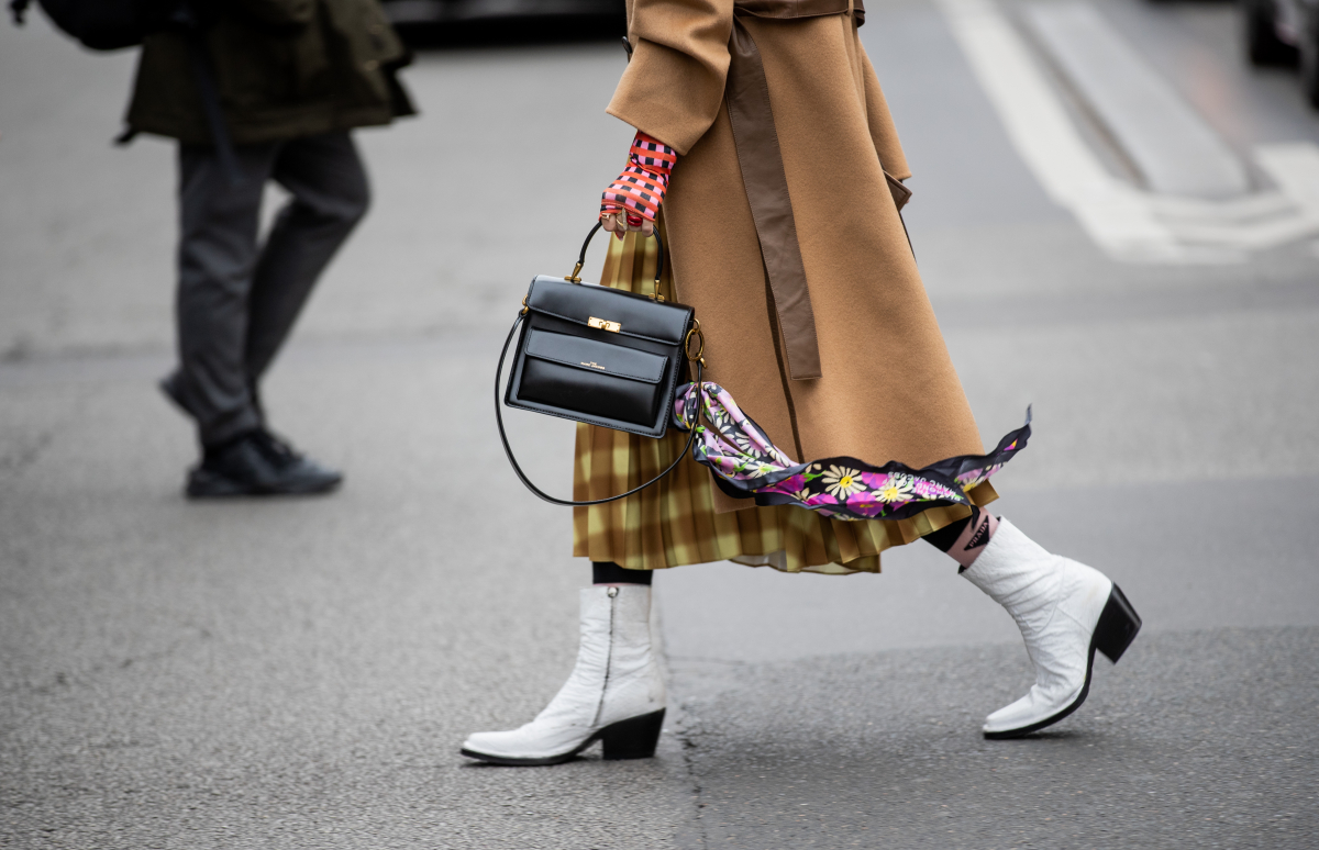 バッグにスカーフを結んで華やかに
