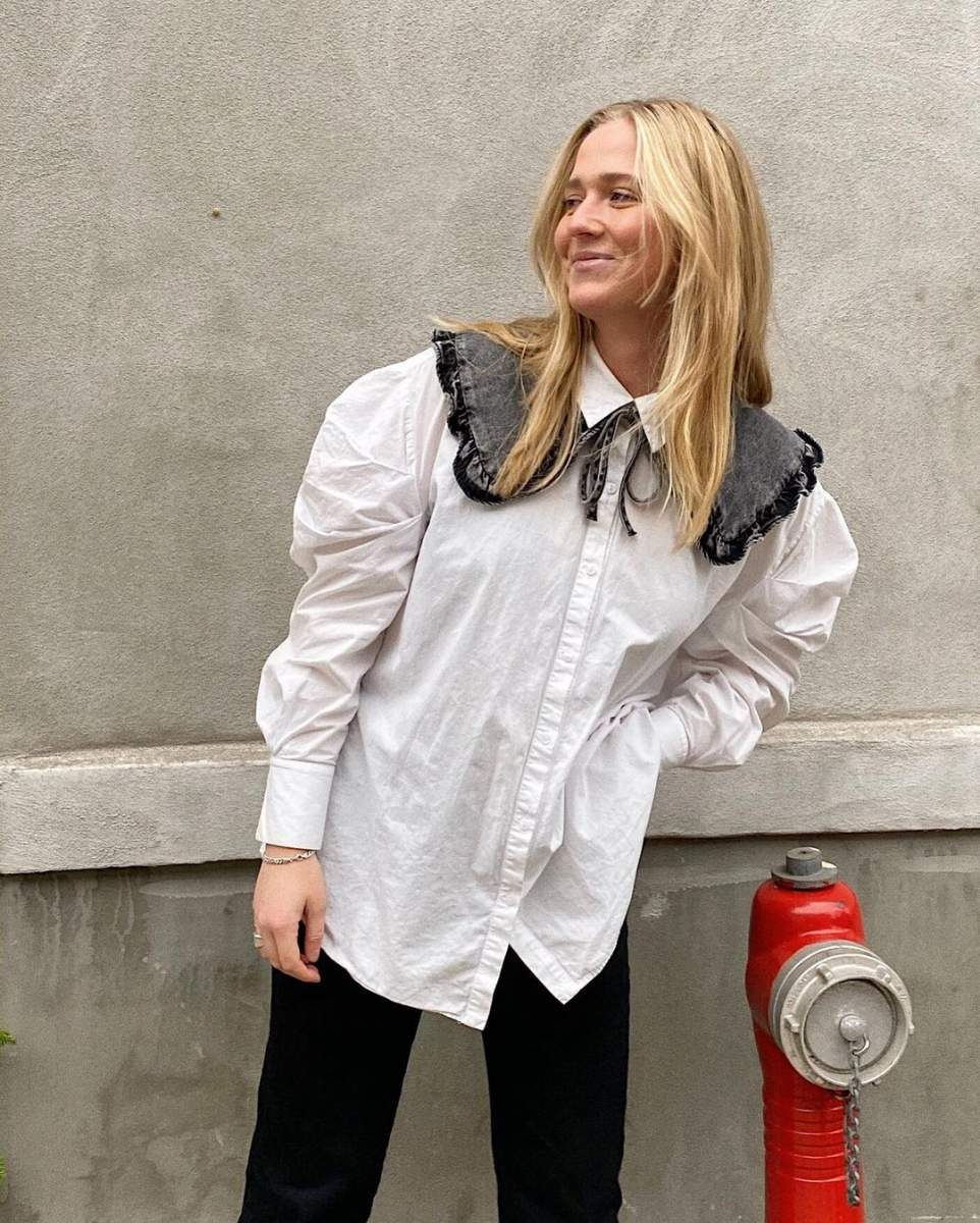 ブラックデニムのつけ襟を、白シャツに重ねて