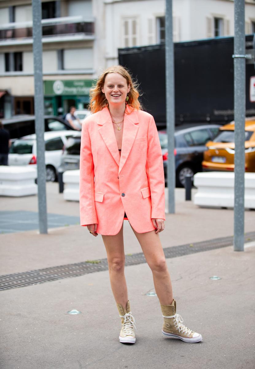 ピンクのジャケットをドレスのように
