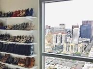 大きな窓のわきに最愛の靴コーナーを