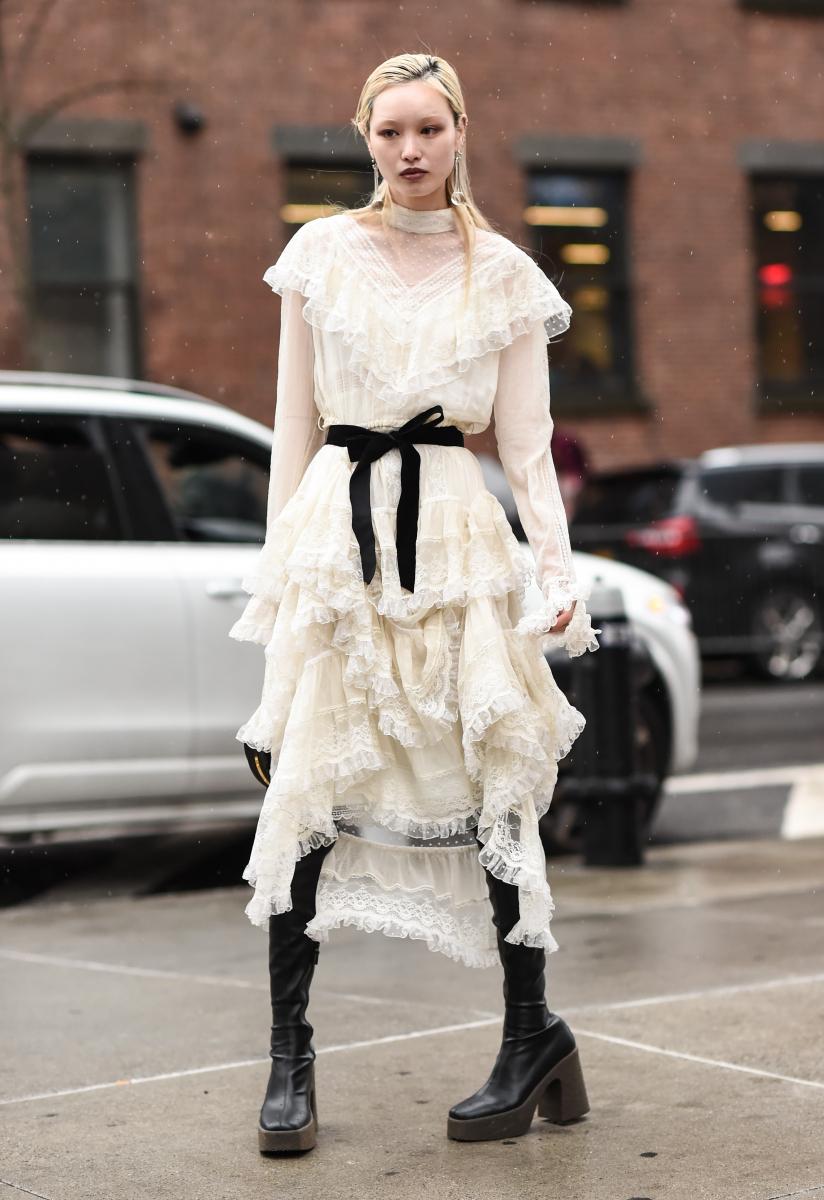 白いレースドレスをゴシックに着る