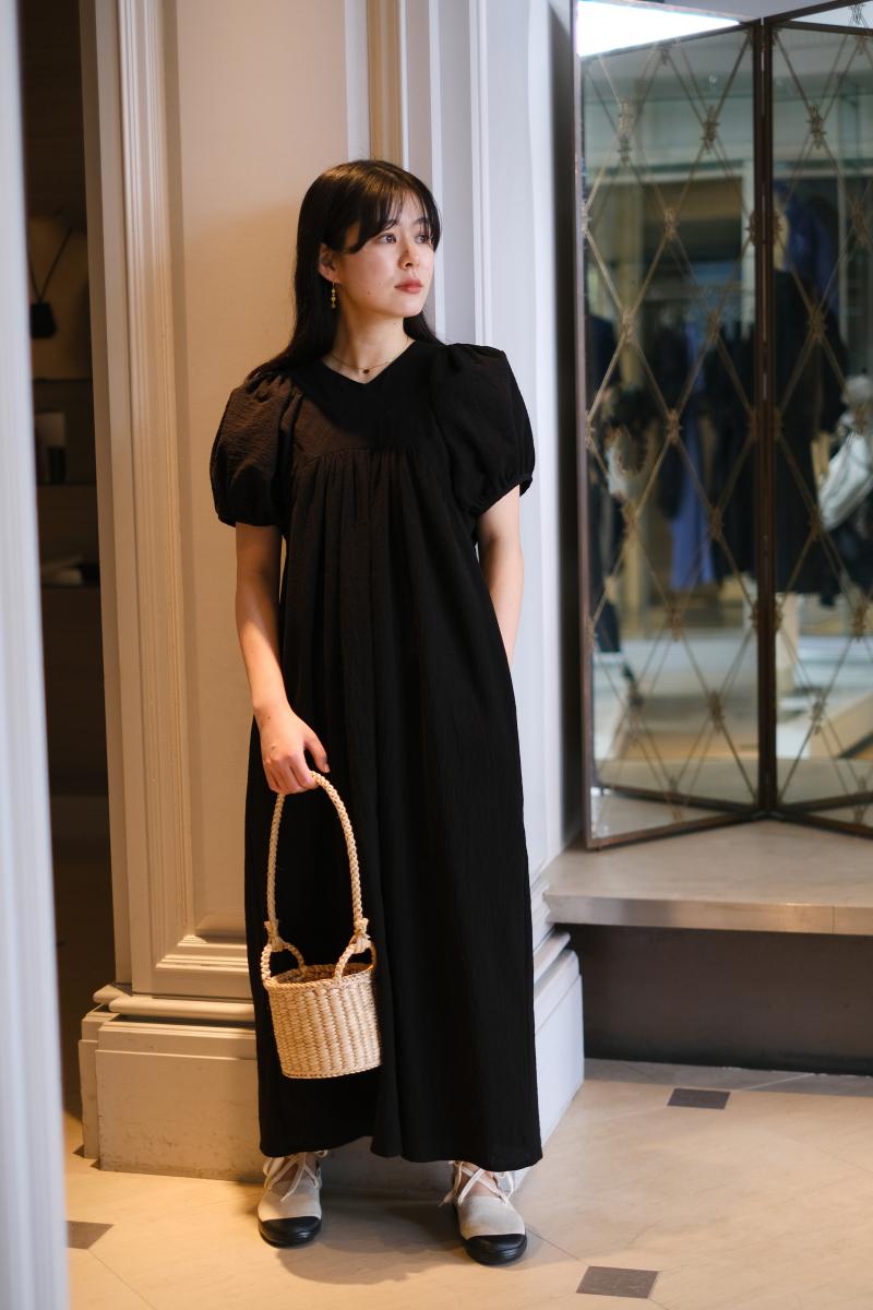 ちょっとした外出にもぴったりなブラックドレス