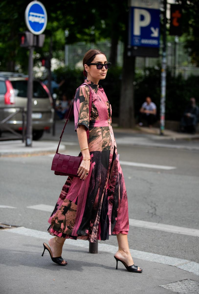 フォトプリントがシックなピンクドレス