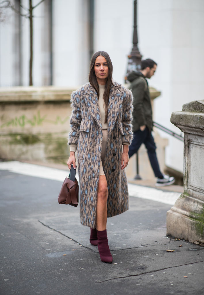 落ち着いた色使いでレオパード柄コートをシックに着て