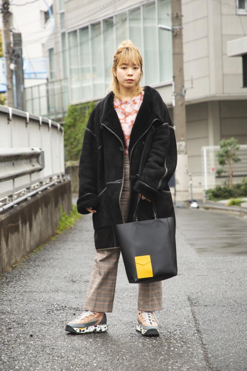 足もとには軽い色を、コートには重さを