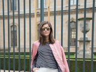 ピンクのボンバージャケットで可愛らしさをプラス
