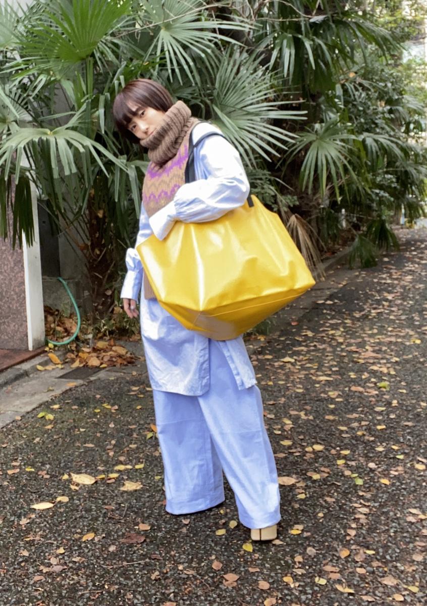 大きな黄色のPVCバッグをアクセントに