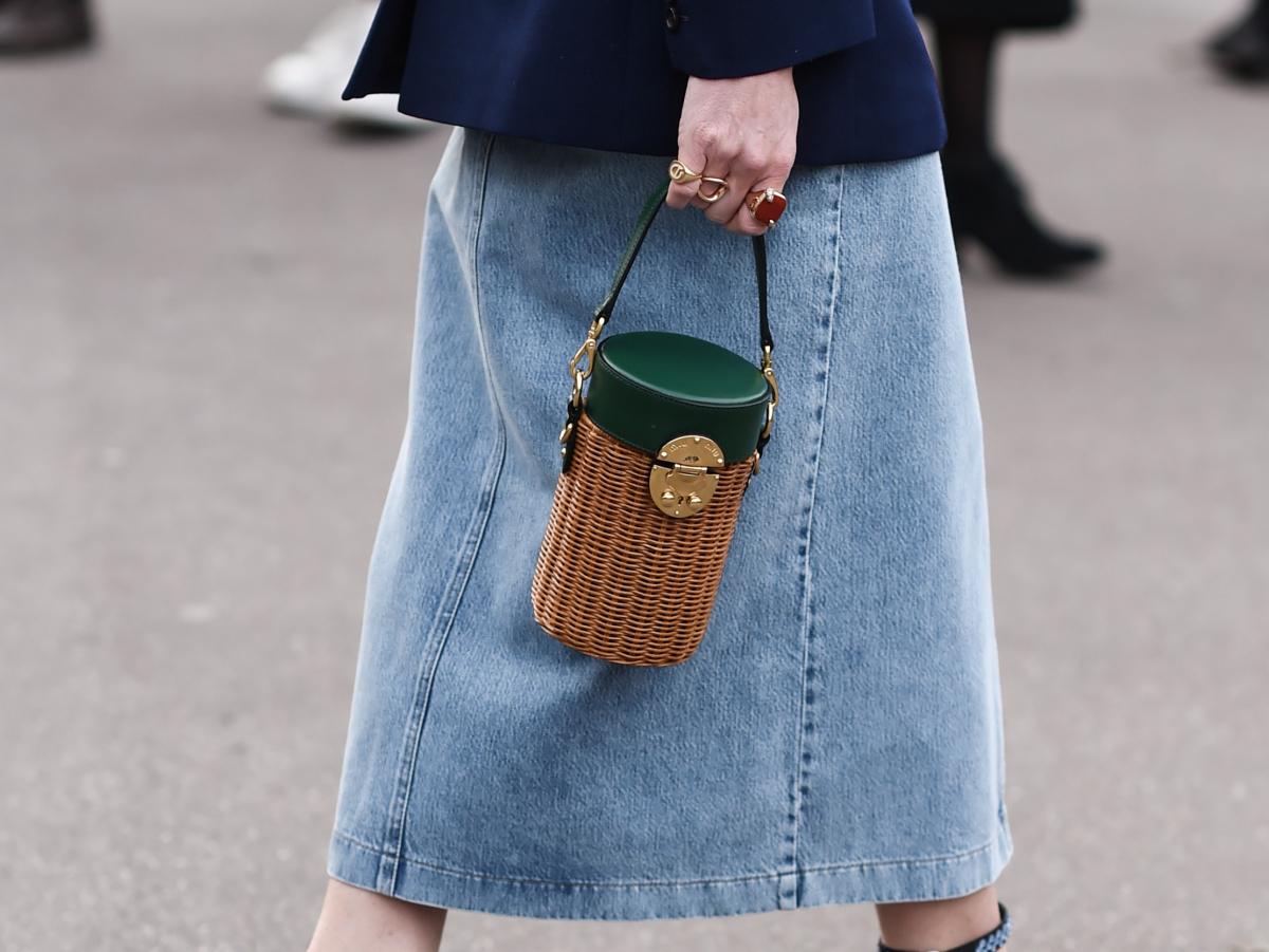 ミュウミュウのノスタルジックな縦型バッグ