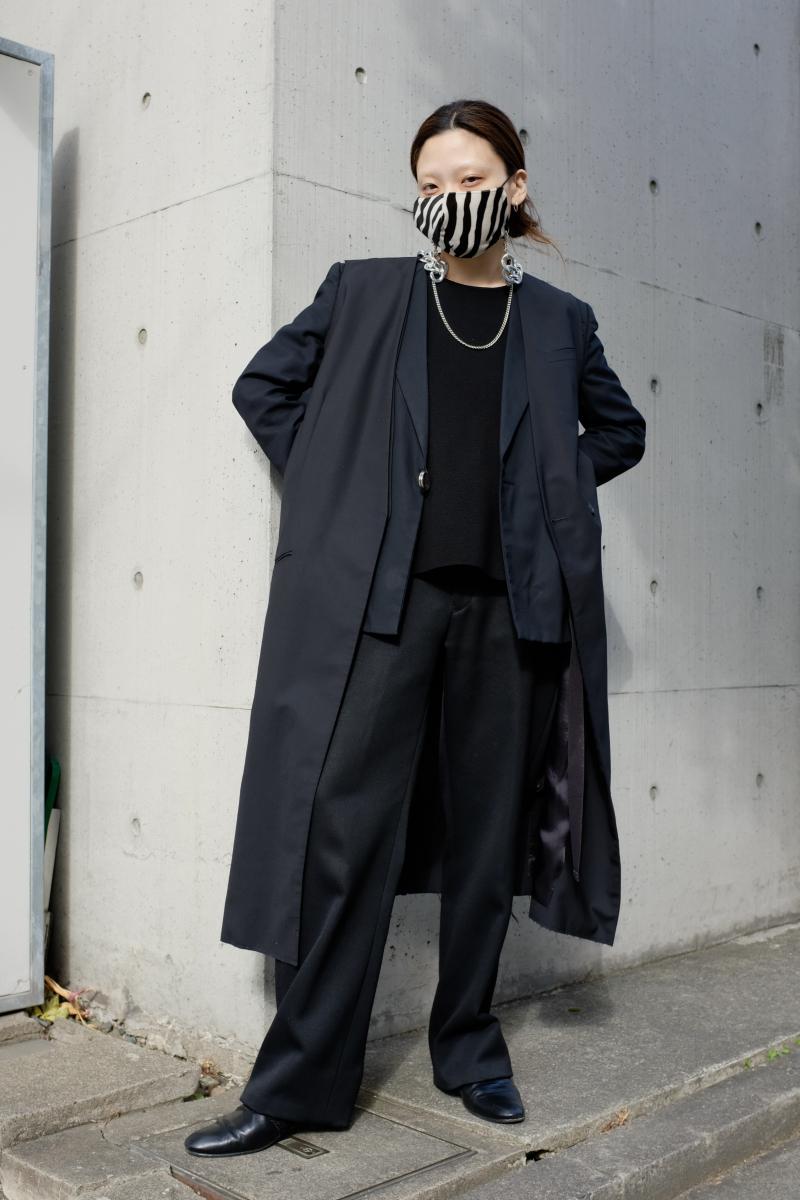 インパクトのあるマスク&チェーンを主役に
