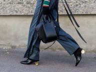 黒い靴&バッグは細部にエッジを感じさせて