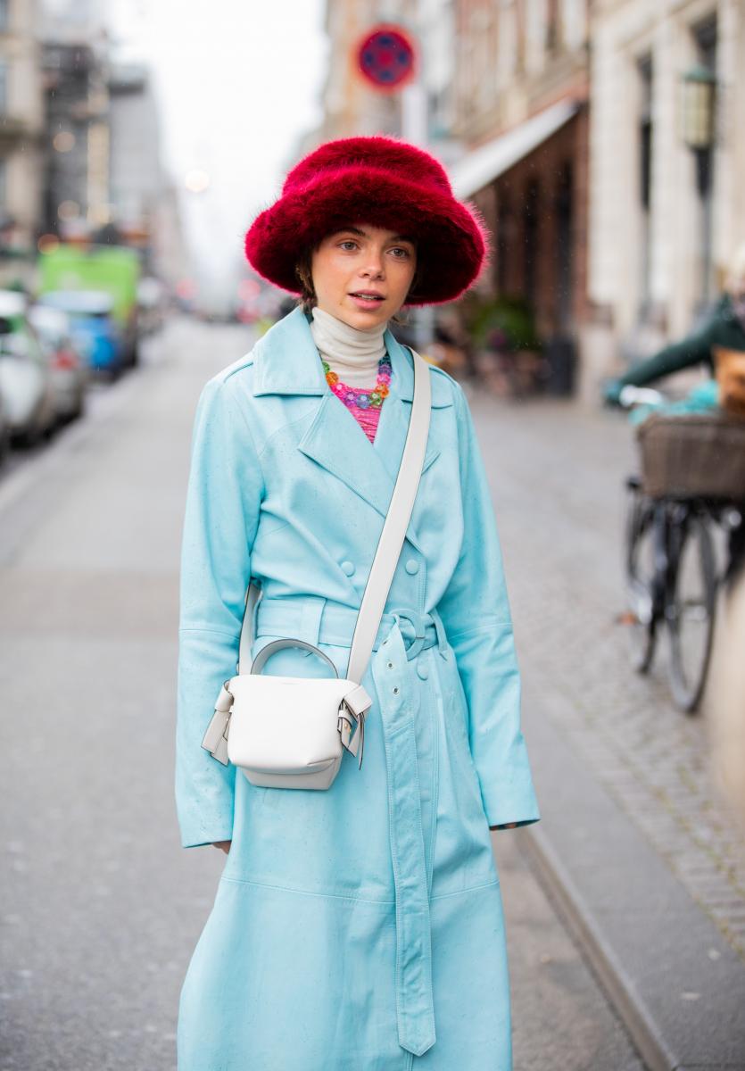 アイスブルーのコートをキッチュに着こなして
