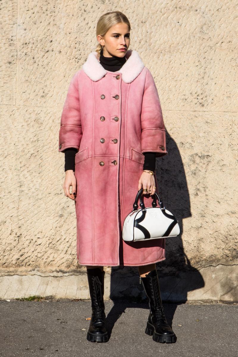 ピンクのコートを、ハードなブーツで引き締めて