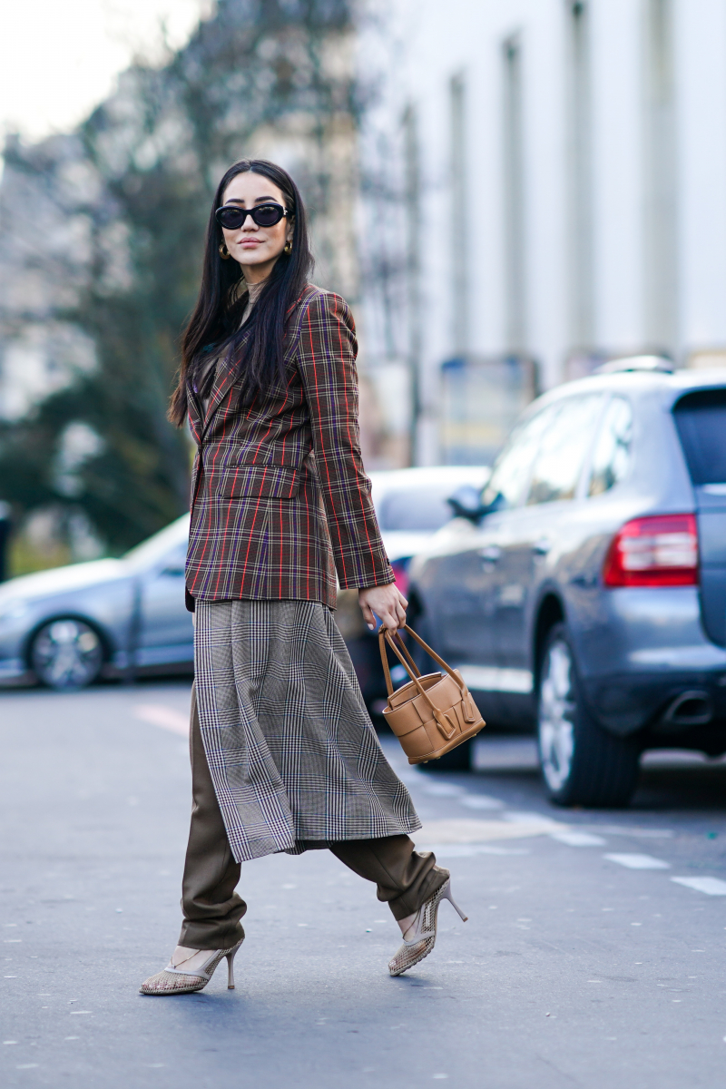 モダンなジャケットに、スカート&パンツをレイヤード