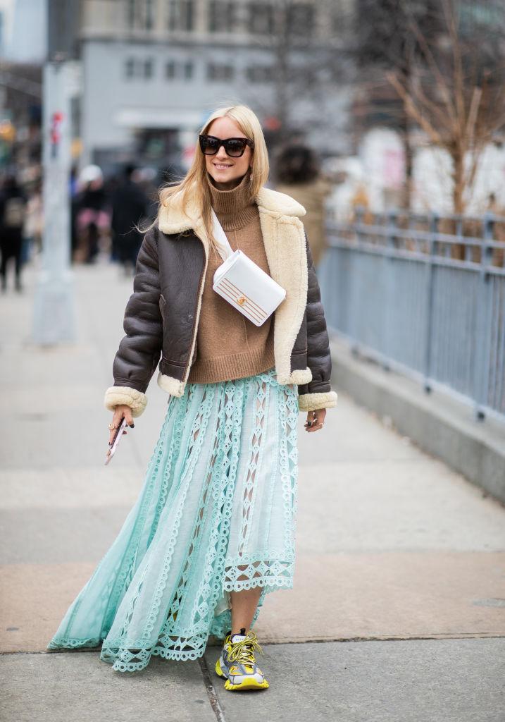 ボリュームあるブルゾンと軽やかなスカートの対比