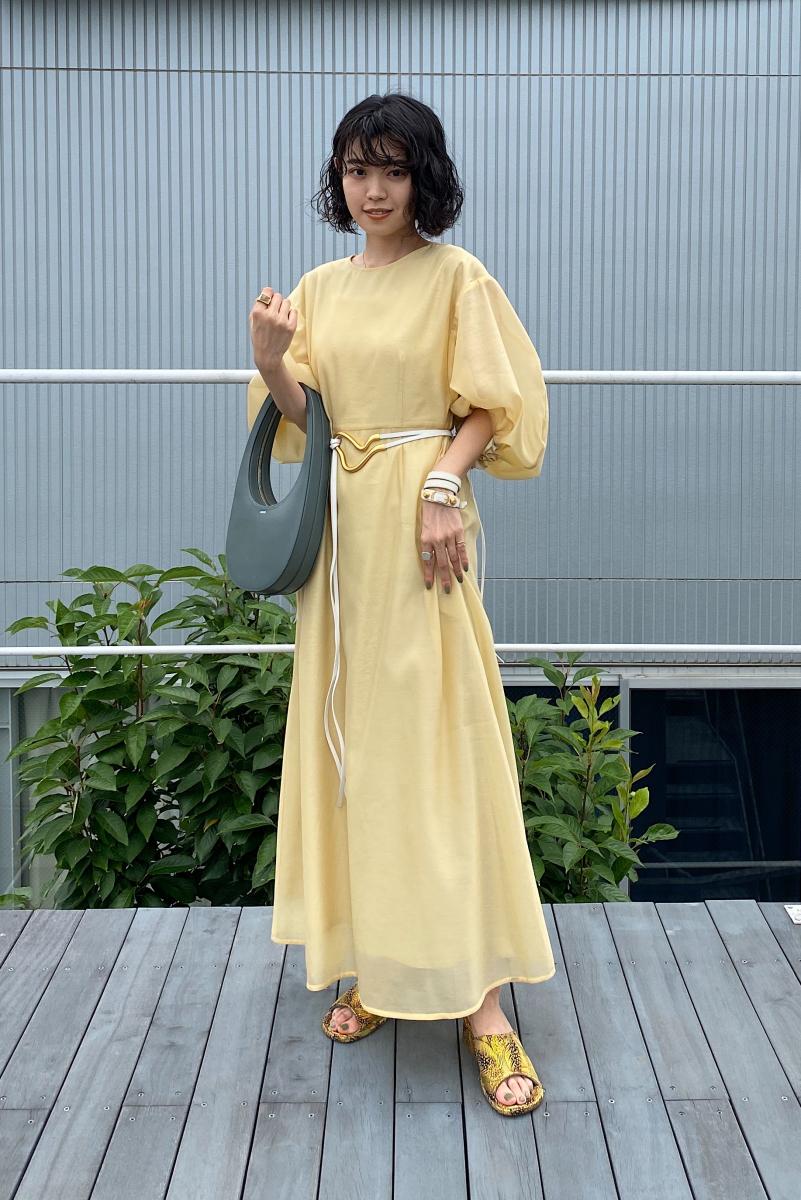 アーティな小物を黄色いドレスのアクセントに