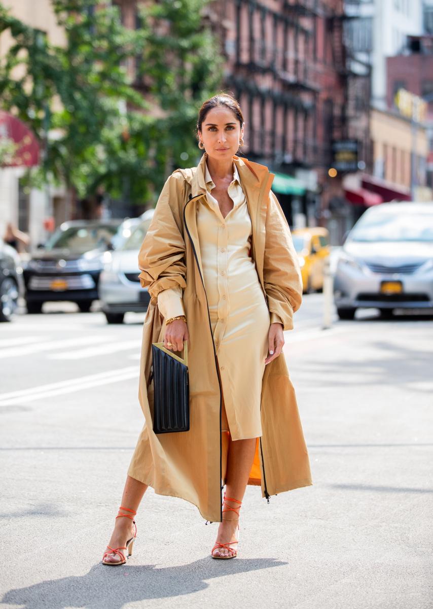 シャツドレスとコートのトーンを揃えてモードに