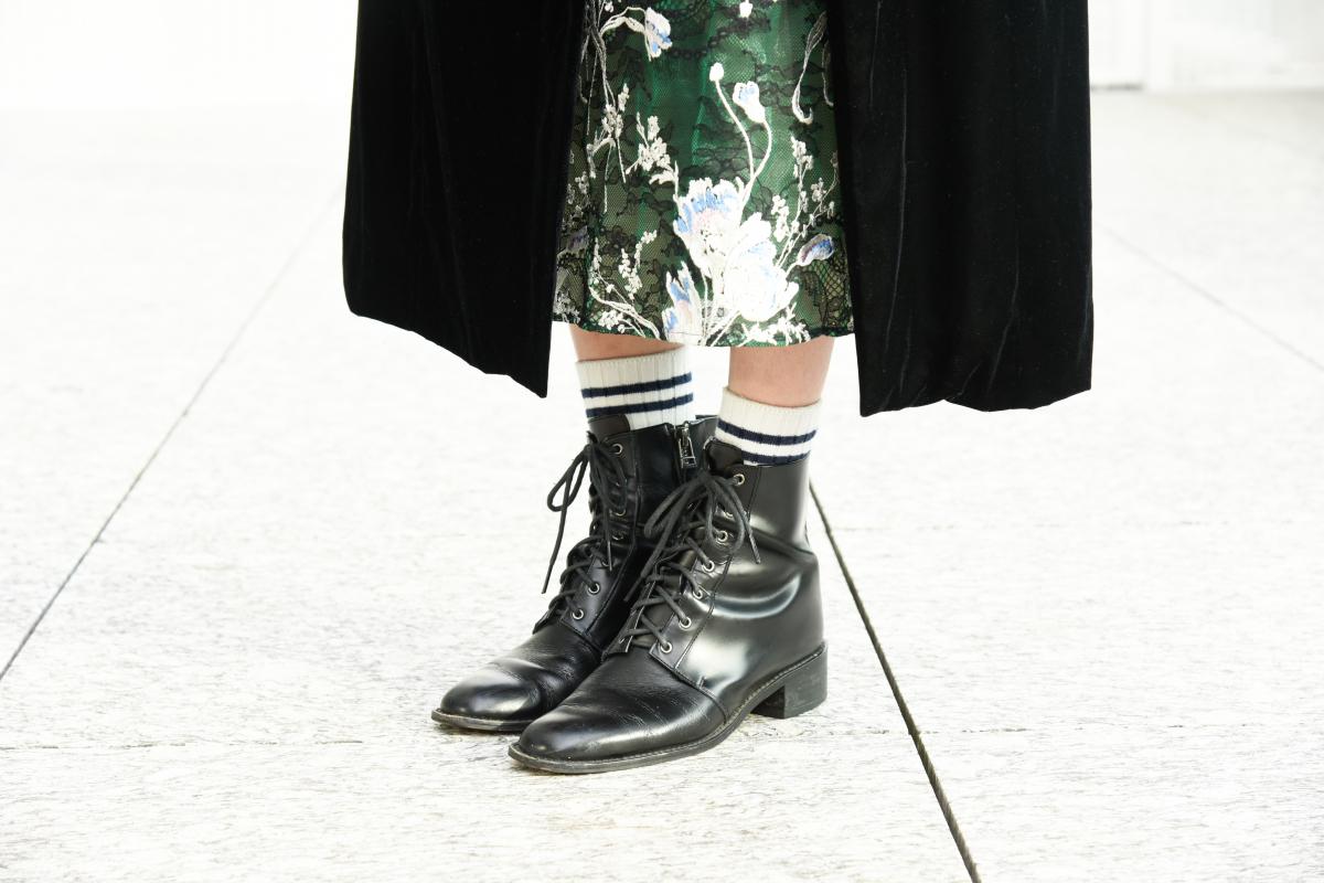 2061f460a7262 足もとは、あえてハイヒールパンプスではなくブーツを選んでカジュアルダウン。黒いベロアと繊細なレース使いが美しいドレスに、あえてボーダー柄のソックスを合わせた  ...