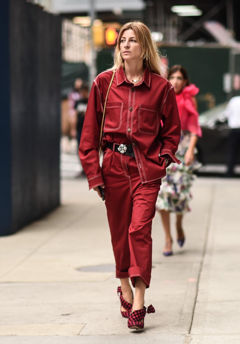 トムボーイなシャツ&パンツも、真っ赤を選べば女性らしい