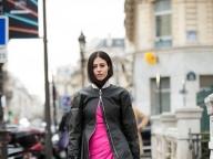 ショッキングピンクのワンピースをモードに着て