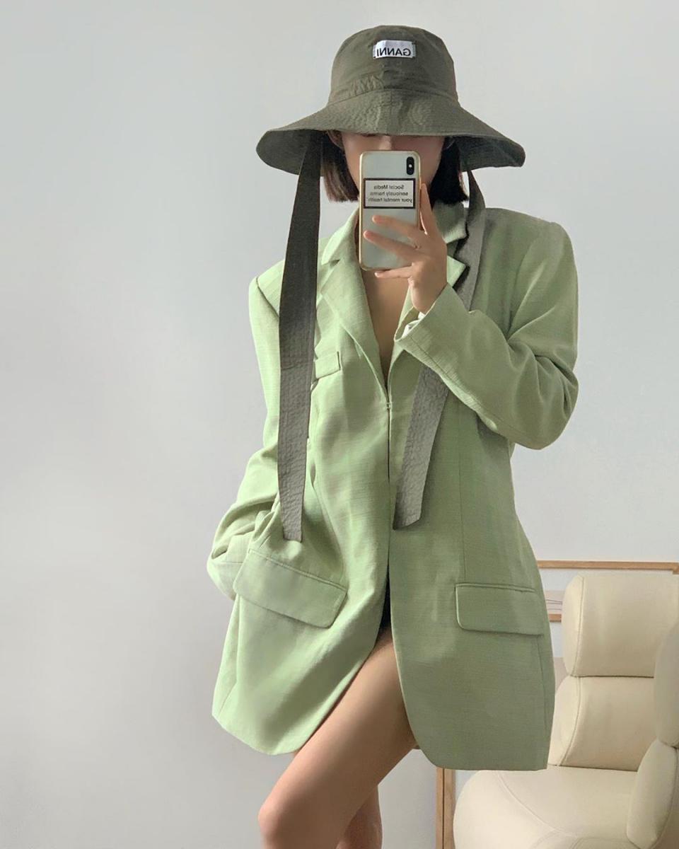 グリーンのグラデーションで取り入れるジャケット&ハット