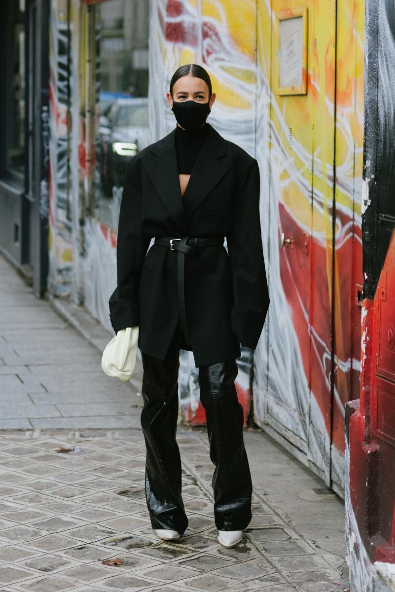 エッジィなオール黒に、白いバッグ&シューズを