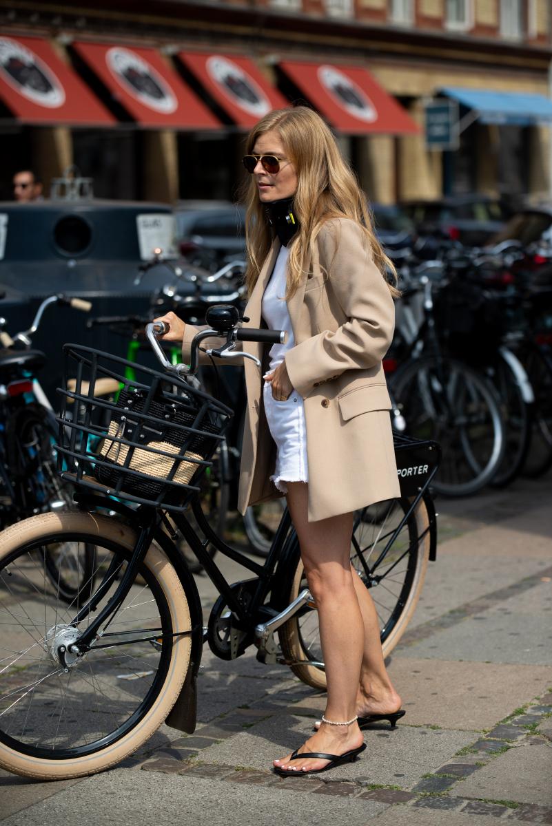 自転車に乗るのにも便利なフラットサンダル