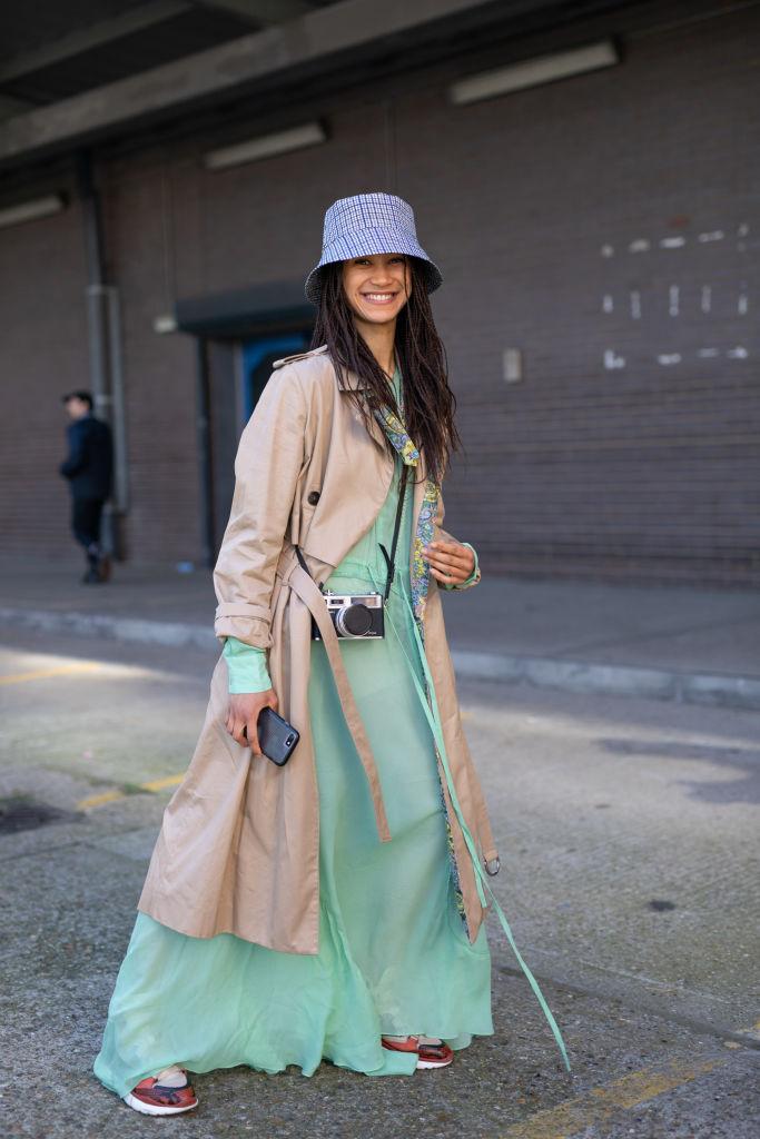 パステルカラーのドレスで、定番コートを今春らしく