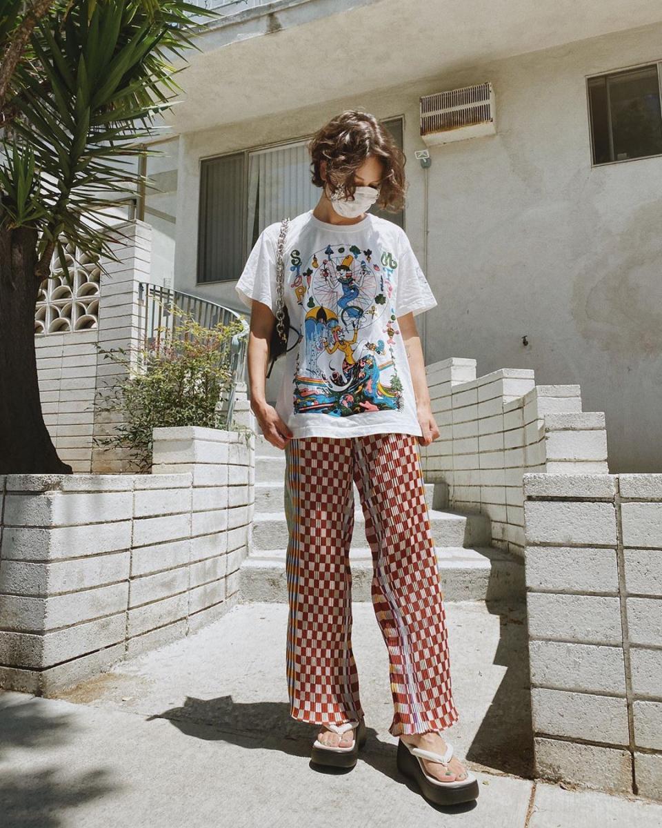 カラフルなプリントTシャツで気分を盛り上げて