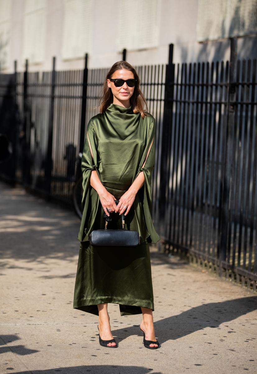 グリーンのドレスを引き立てる横長バッグ