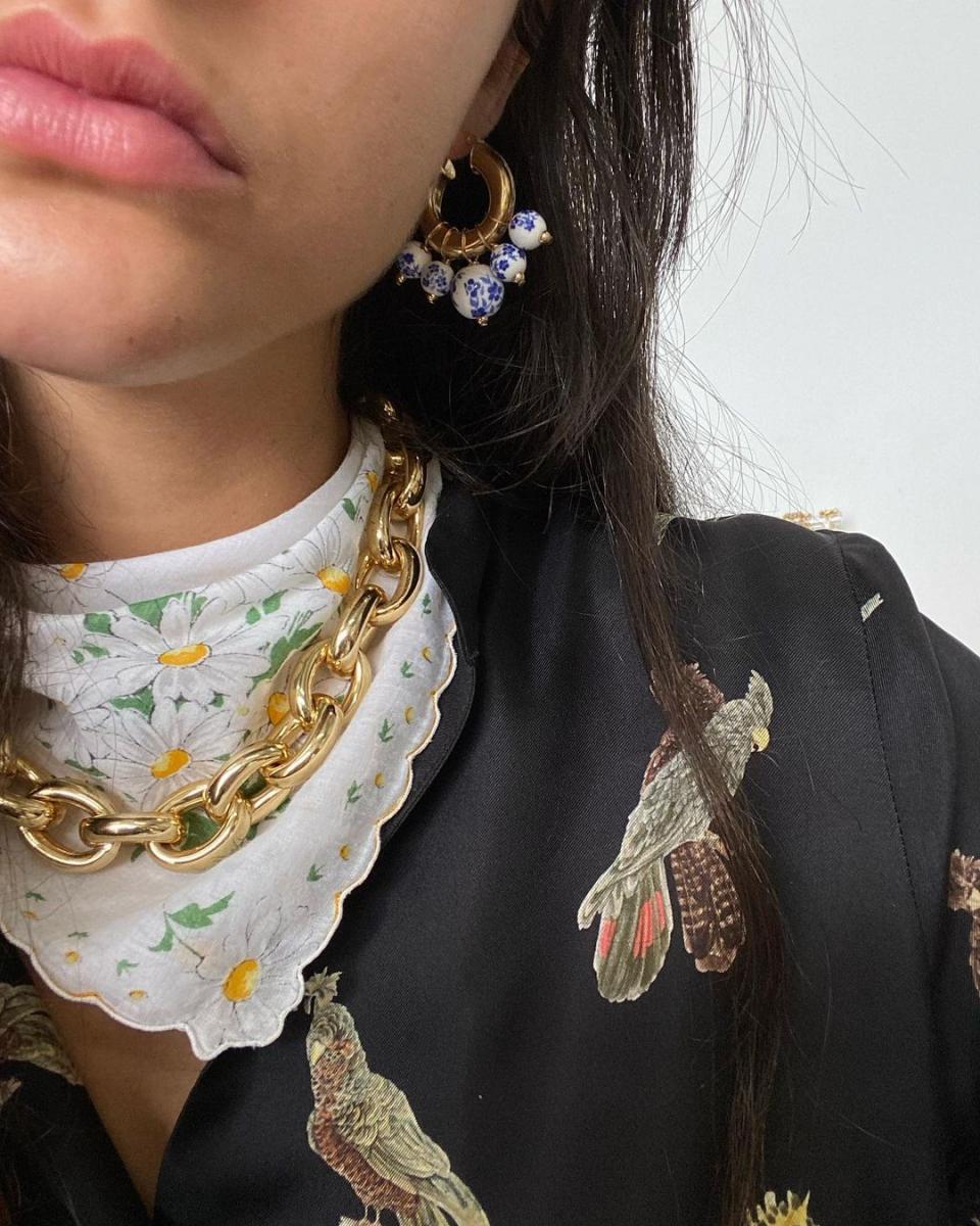 スカーフの上にチェーンネックレスを重ねて