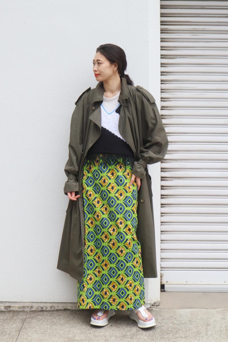 柄スカートで、古着のコートをモダンに着て