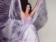 アルマーニのドレスを着て、リュクスな蝶々のように