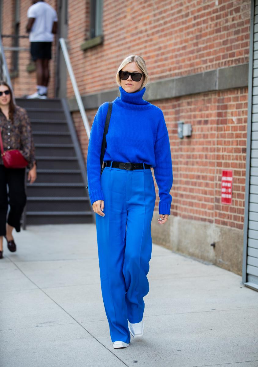 鮮やかなブルーのニット&パンツをクリーンに着る