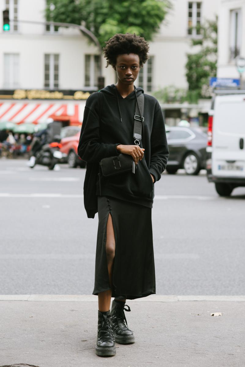 フーディをフェミニンに見せるスリットスカート