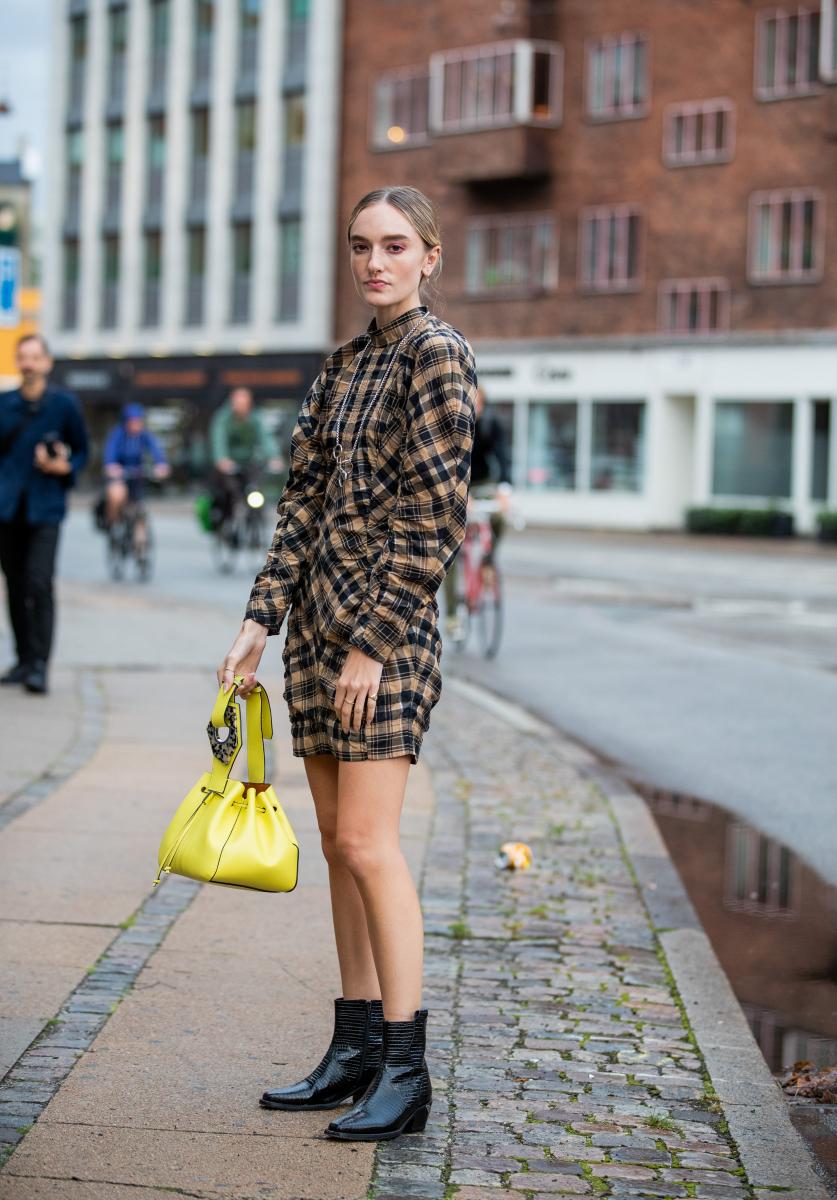 チェック柄ドレスのアクセントに、ネオンカラーのバッグを