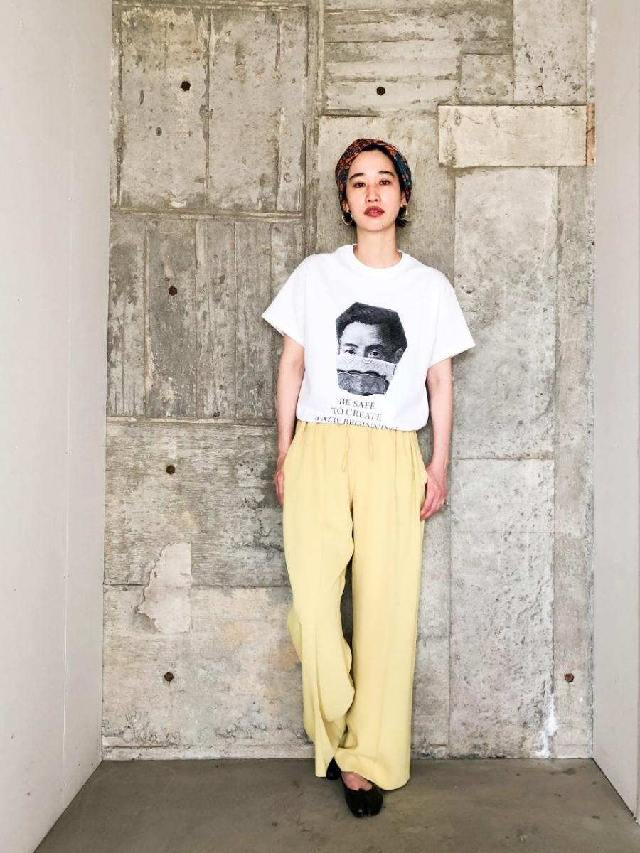 モノクロTシャツにパンツ&ターバンで色を足して