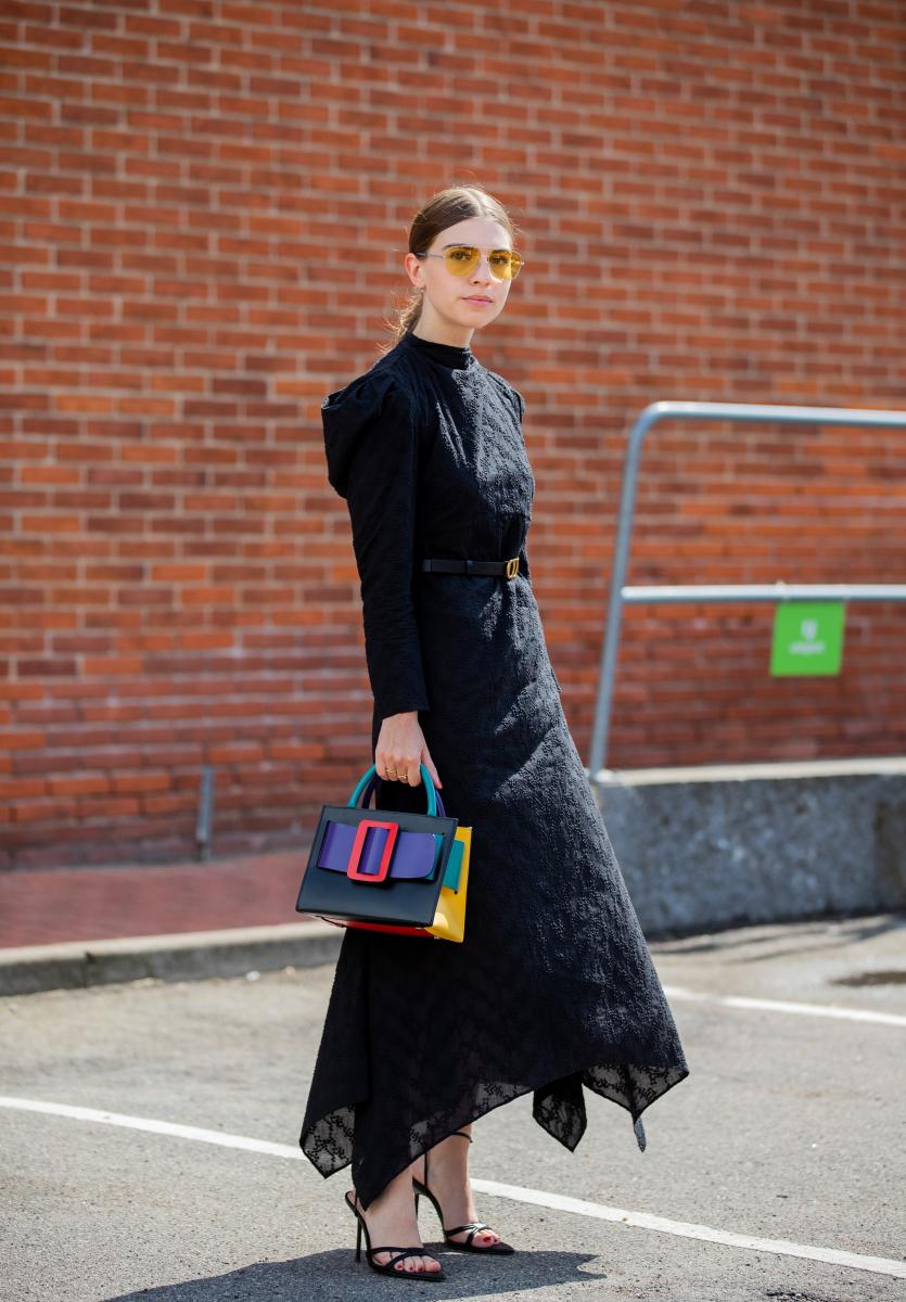 エレガントな黒ドレスにマルチカラーバッグをプラス
