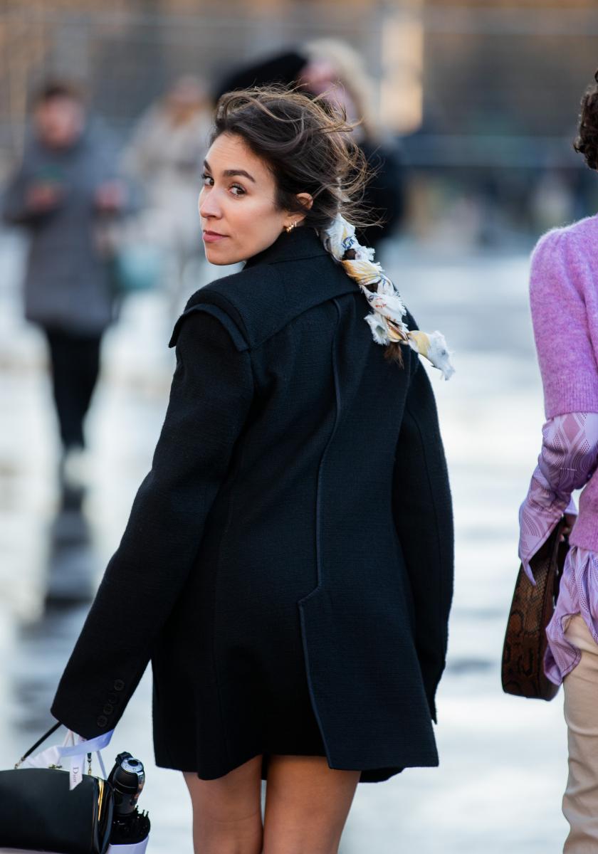 三つ編みヘアにスカーフを編み込んで