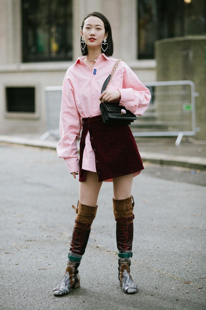 ビッグシャツ+ミニスカートで、ひねりのあるガーリースタイルに