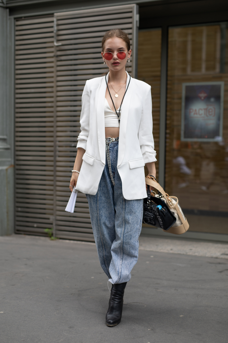 白いジャケット&ブラで都会的なランジェリー見せを実現