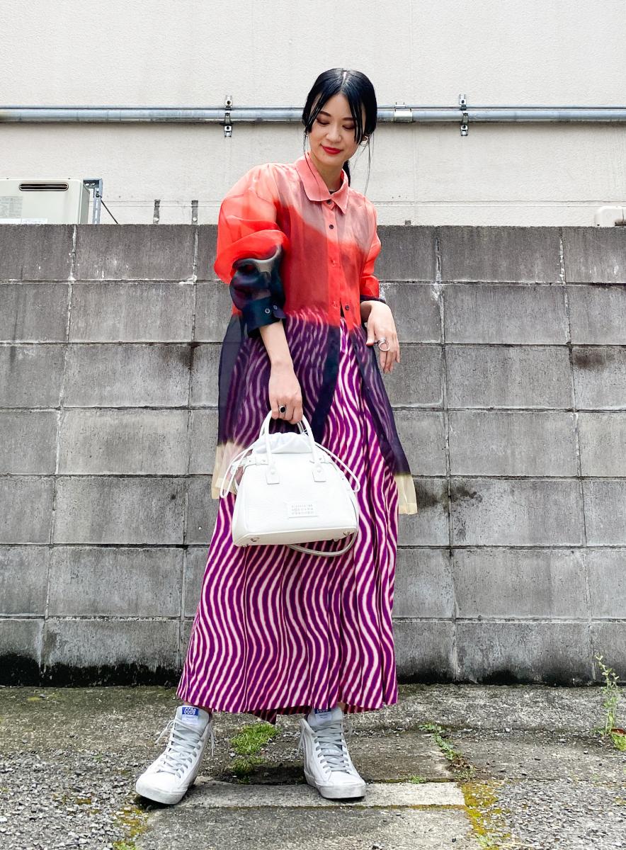 抽象柄スカートで、カラーグラデーションを楽しんで