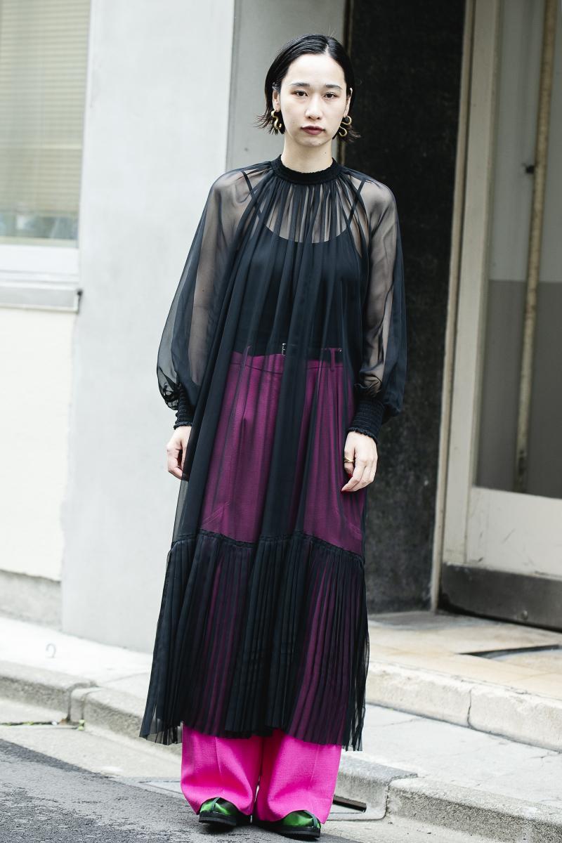 ビビッドカラーを透かせて、マキシ丈ドレスをハンサムに着る