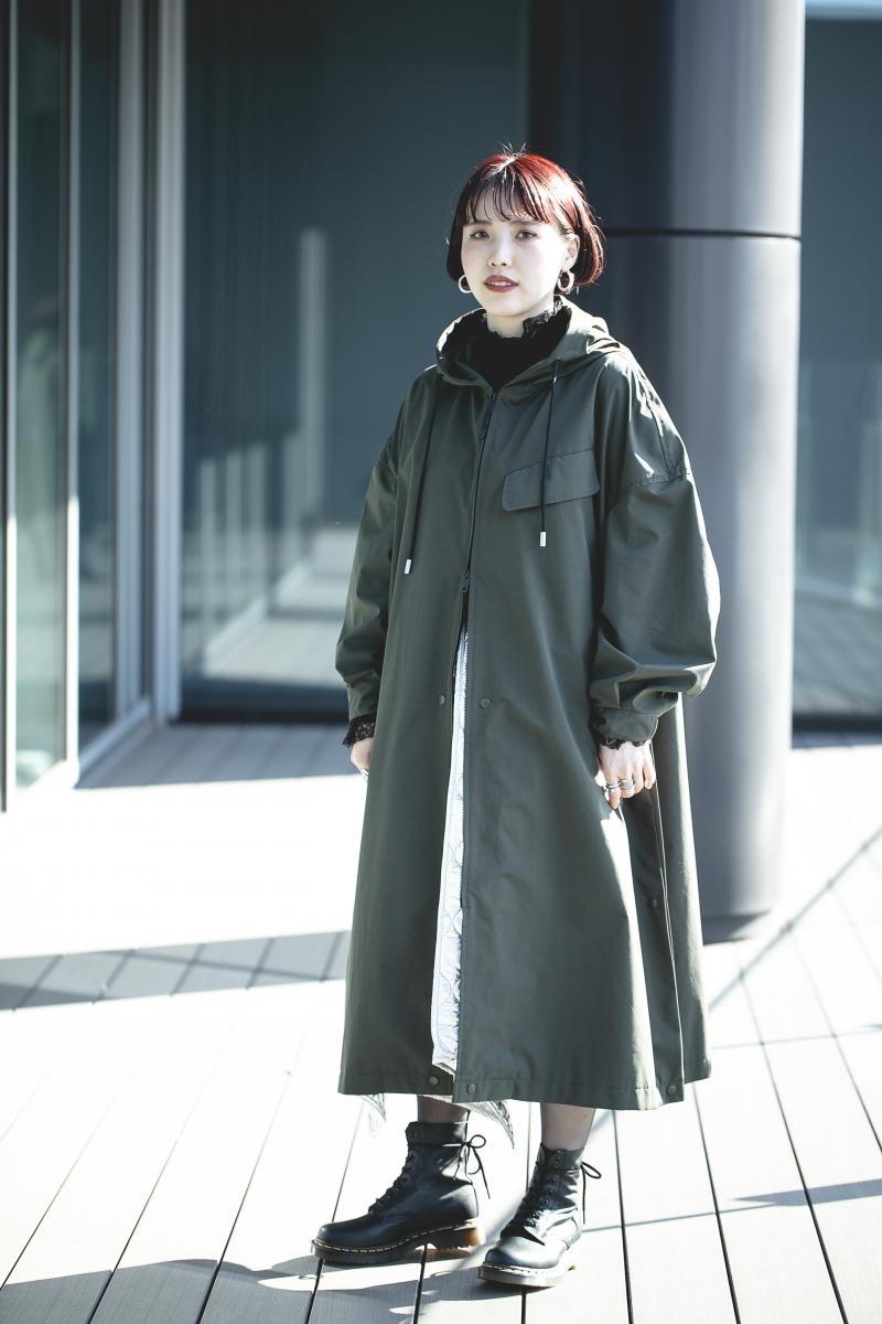 シルバースカートで防寒とモード感を両立