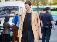 ハンサムな個性で着こなす、ドレスとコートの組み合わせ