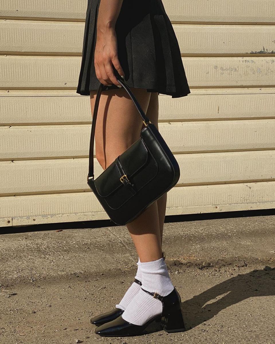 ワンストラップ靴&白ソックスでガーリーに