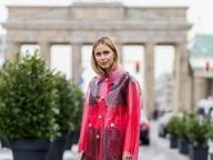 赤いレインコート風ジャケットで近未来的に
