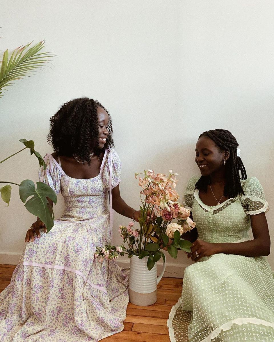 姉妹で着る、ノスタルジックなドレス