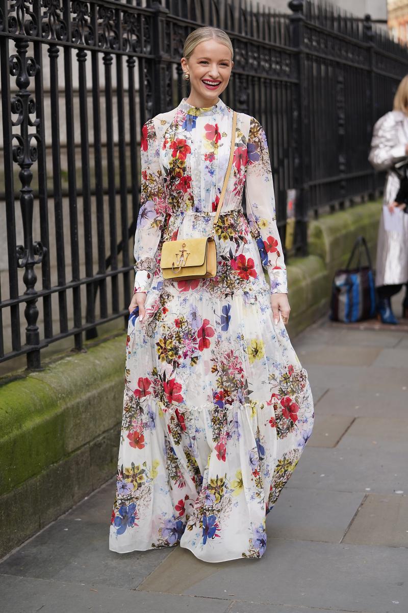 主役級ドレスは斜めがけバッグで軽快に着る